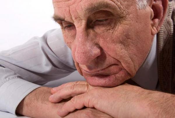 пожилой мужчина в депрессии
